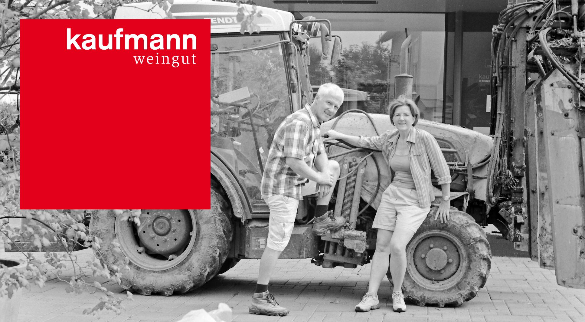 Weingut Kaufmann - Eva Raps & Urban Kaufmann mit Traktor